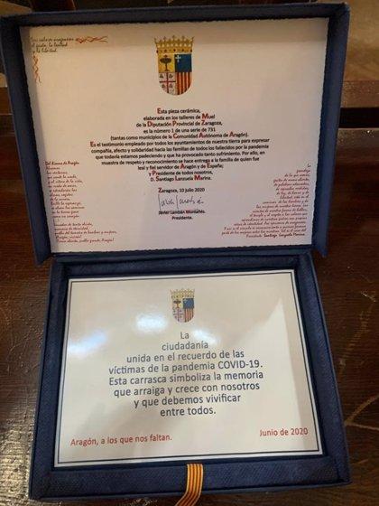 La viuda de Lanzuela y sus hijos reciben una placa homenaje en recuerdo a las víctimas de la pandemia