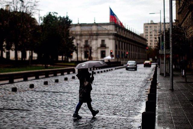 Una mujer pasea por Santiago de Chile durante la pandemia de coronavirus