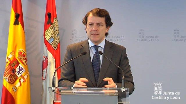 El presidente de la Junta de Castilla y León, Alfonso Fernández Mañueco, durante la rueda de prensa de este domingo.