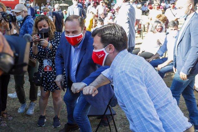 El ministro de Transportes, Movilidad y Agenda Urbana, José Luis Ábalos, y el candidato socialista a la presidencia de la Xunta, Gonzalo Caballero, se saludan con el codo en el acto del cierre de campaña del 12J, en Vigo.