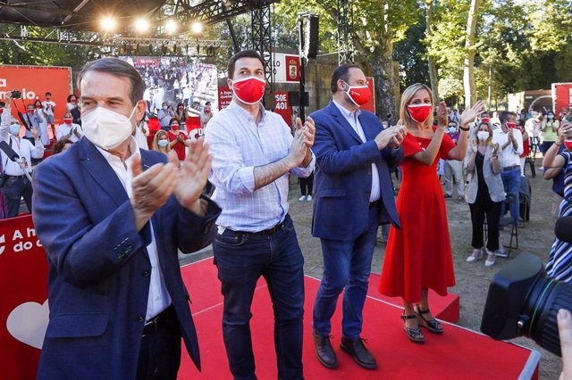 (I-D) El alcalde de Vigo; El candidato socialista a la presidencia de la Xunta, Gonzalo Caballero; y el ministro de Transportes, Movilidad y Agenda Urbana, y Secretario de Organización del PSOE, José Luis Ábalos, en el acto del cierre de campaña PSdeG-PSO