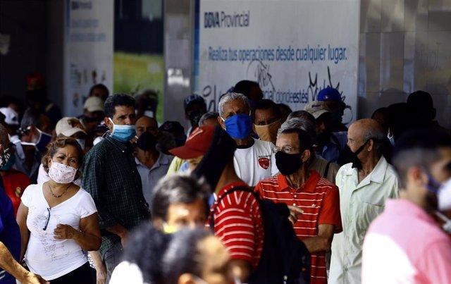 Varias personas con mascarilla por el coronavirus en Venezuela.