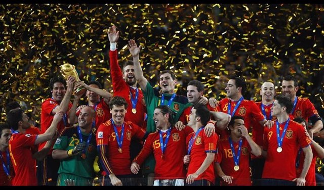 La selección española de fútbol levanta el trofeo de campeón del mundo en Sudáfrica