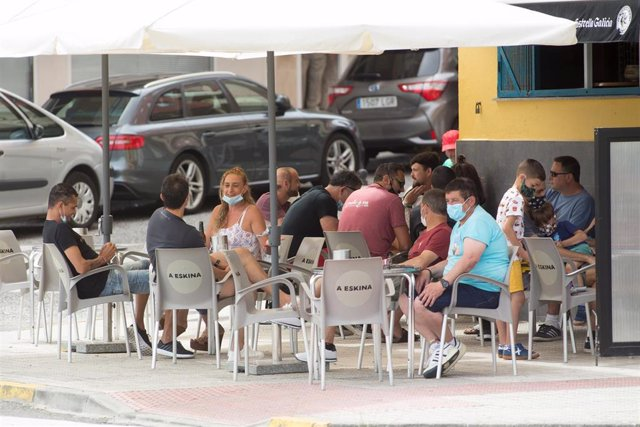 Ciudadanos en la terraza de un bar de Foz, en la comarca gallega de A Mariña (Lugo), que estará cerrada durante cinco días tras declararse un brote de coronavirus que afecta a más de un centenar de personas, a 5 de julio de 2020.
