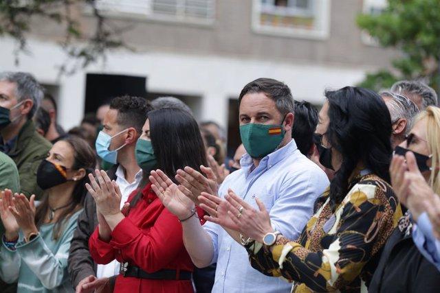 (I-D) La portaveu adjunta de Vox al Congrés, Macarena Olona, el líder de Vox, Santiago Abascal; i el cap de Vox per Àlaba, Amaia Martínez, participen en el tancament de campanya de la formació per a les eleccions basques, en l'Avinguda Gasteiz, Vitòria