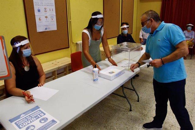 Un ciudadano deposita su voto en la urna durante un ensayo organizado por la Xunta de cara a las elecciones autonómicas del 12 de julio.