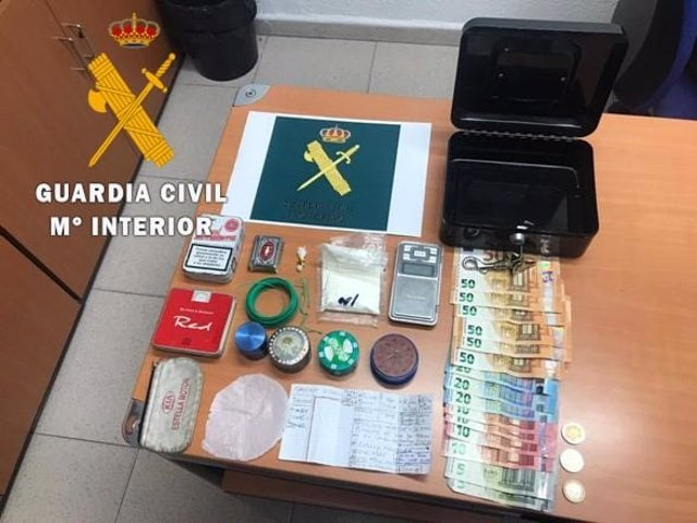 Material intervenido por la Guardia Civil en un registro domiciliario por tráfico de drogas.