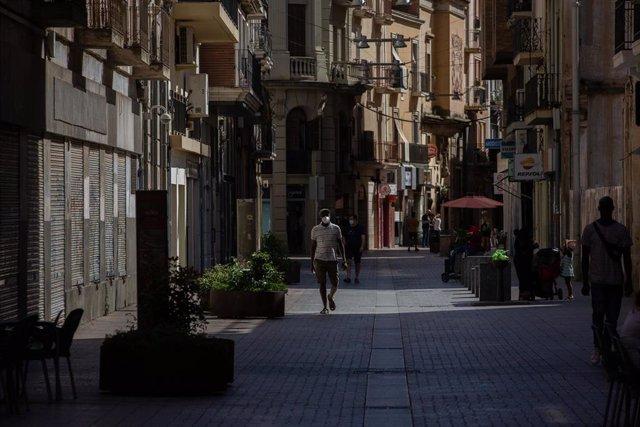 Varias personas caminan por una calle del centro de Lleida durante el confinamiento perimetral del Segrià