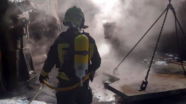 Bomberos del 112 apagan un incendio en una fábrica de Reinosa