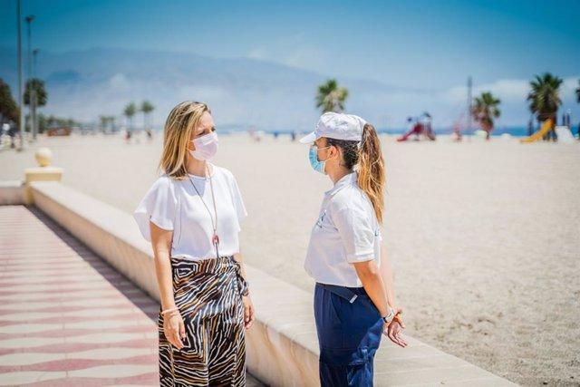 La delegada de la Junta en Almería, Maribel Sánchez, conversa con una auxiliar de playa