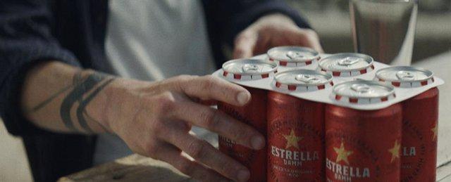 Estrella Damm sustituye las anillas de plástico de sus latas por otras de cartón biodegradable