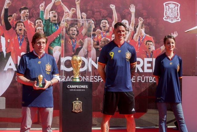 El alcalde de Madrid, José Luis Martínez-Almeida, junto al exfutbolista Fernando Torres (c) y la delegada de Cultura, Turismo y Deporte, Andrea Levy, en el acto en conmemoración del X aniversario de la victoria de España en el Mundial de Fútbol, en el que
