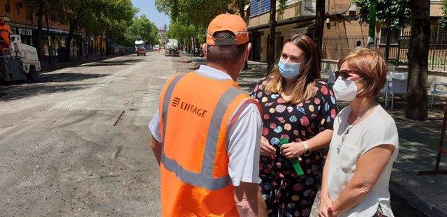 La delegada del Distrito Sur, Marisa Gómez, en su visita a las obras de la avenida Felipe II