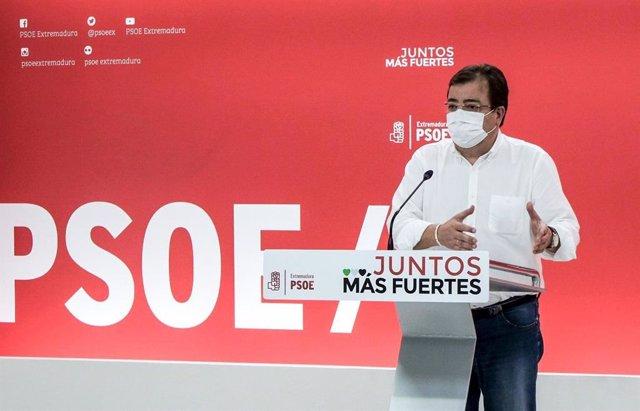 Guillermo Fernández Vara, con mascarilla, en una rueda de prensa en la sede del partido.