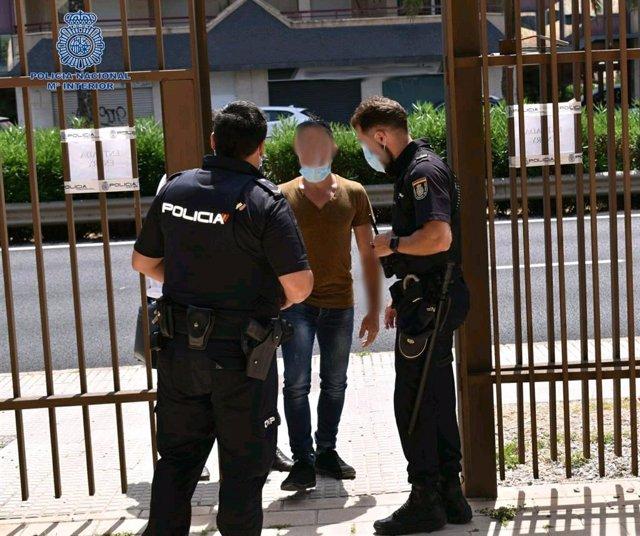 El presunto autor  acompañado de su abogado se entrega en la Comisaria de Ibiza