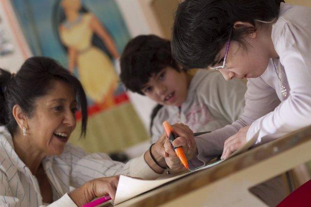 Alumno, Profesor, Aula, Clase, Niños. Foto de archivo.