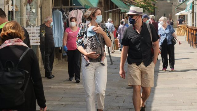 La portavoz nacional del BNG, Ana Pontón, pasea con su hija en la jornada de reflexión.