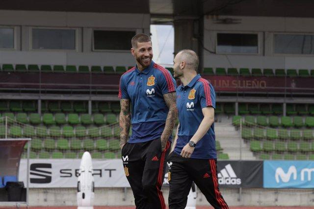 Sergio Ramos e Iniesta antes de la despedida de la selección