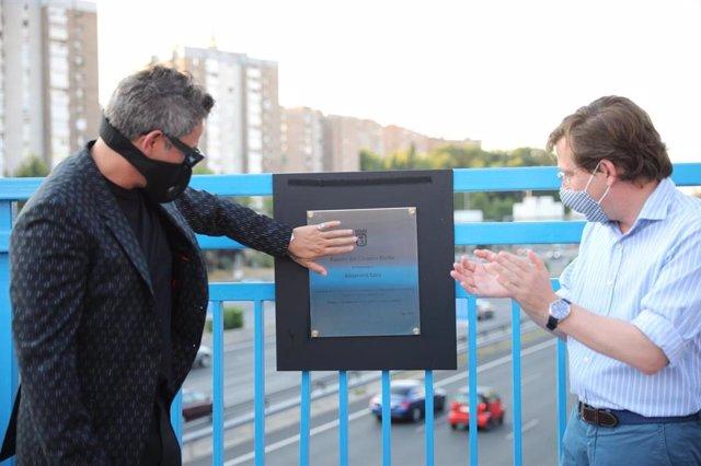 Imagen de archivo del cantante Alejandro Sanz junto al alcalde de Madrid, José Luis Martínez-Almeida, tras descubrir la placa homenaje al artista en el puente de la M-30 que conecta Moratalaz con el barrio de La Estrella'.