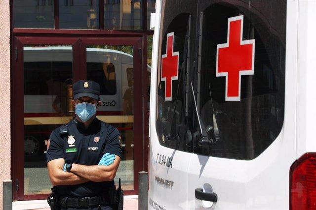 Agentes de la Policía Nacional equipados con Equipos de Protección Individual (EPI), custodian a losusuarios que están infectados de COVID-19 en una de las sede de Cruz Roja en calle Elena Soriano de la capital.
