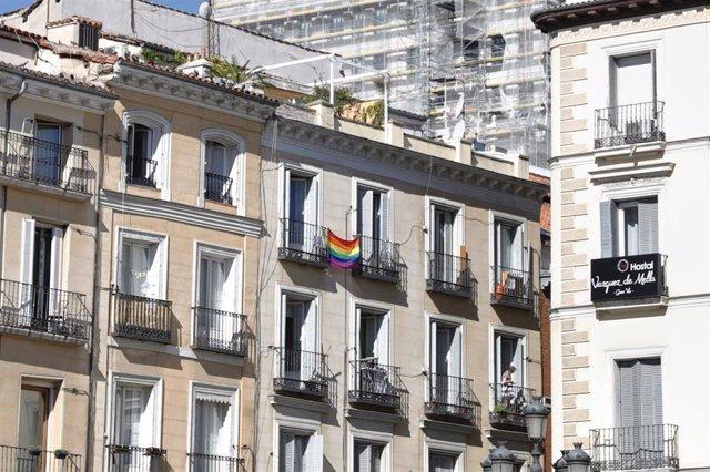 Banderas LGTB en el barrio de Chueca, el día en el que tiene lugar la manifestación del Orgullo Estatal LGTBI de 2020 en formato exclusivamente online. En Madrid (España) a 4 de julio de 2020.
