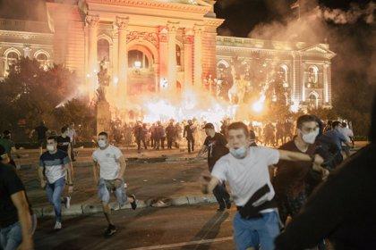 Al menos 14 heridos y más de 70 detenidos durante las protestas nocturnas del viernes en Belgrado