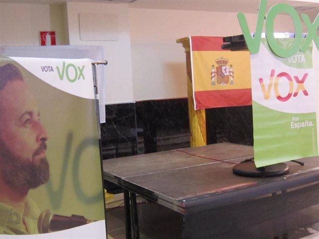 Logo de VOX con la cara de Abascal en primer plano y bandera de España
