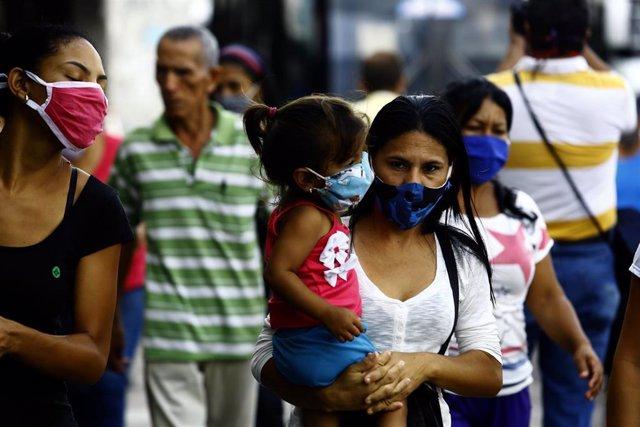 Personas con mascarilla en Valencia, Venezuela