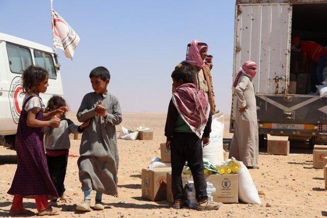 Reparto de ayuda de la ONU y la SARC en Rukban