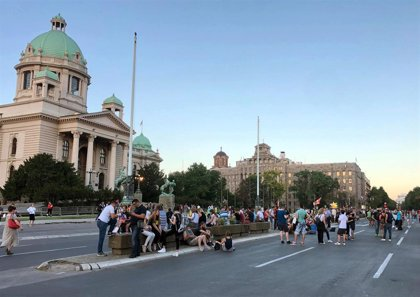 Cientos de personas se manifiestan una noche más frente al Parlamento de Serbia