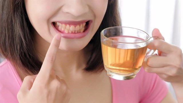 Bebiendo té, que amarillea los dientes.