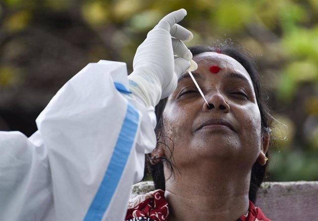 Coronavirus.- India roza los 850.000 contagios tras registrar otro récord diario