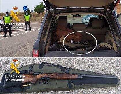 Interceptado en Burgos un vehículo que transportaba un rifle de caza con un cartucho en la recámara