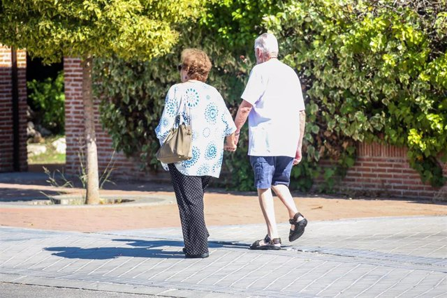 Una pareja de ancianos caminando.