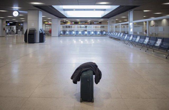 Una maleta en el suelo en la Terminal T1 del Aeropuerto Adolfo Suárez Madrid-Barajas el día de su apertura y de las fronteras de España, en Madrid