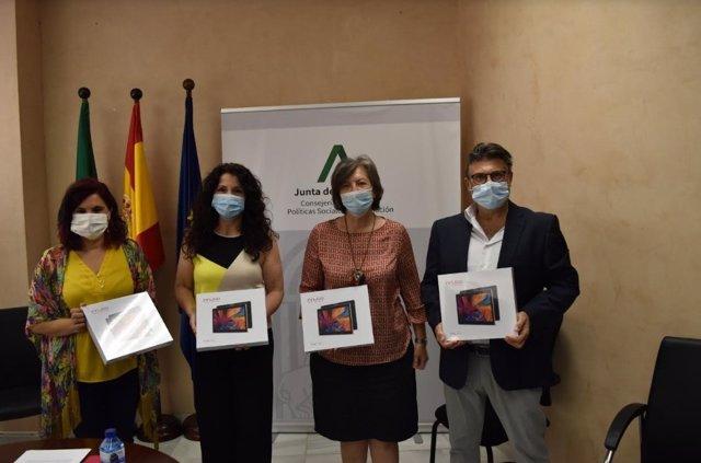La consejera de Igualdad, Rocío Ruiz, presenta las tablets destinadas a centros de protección de menores