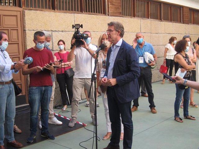 El presidente de la Xunta y candidato del PPdeG a la reelección, Alberto Núñez Feijóo, comparece ante los medios tras votar en el colegio vigués Niño Jesús de Praga