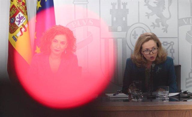 La ministra portavoz y de Hacienda, María Jesús Montero y la vicepresidenta tercera y ministra de Asuntos Económicos y Transformación Digital, Nadia Calviño, durante la rueda de prensa tras el Consejo de Ministro