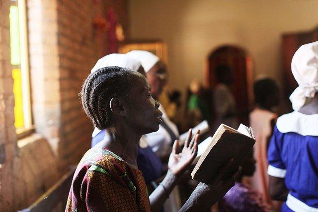 Una mujer reza en una iglesia de Sudán