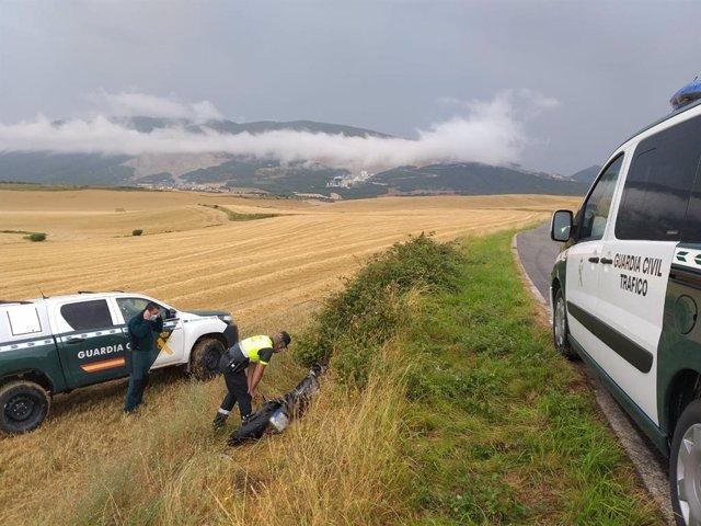 La Guardia Civil atiende la salida de vía de una motocicleta con dos heridos leves en Biurrun.