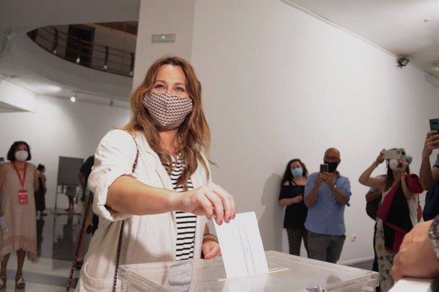 La candidata de Ciudadanos a la Presidencia de la Xunta, Beatriz Pino, ejerce su derecho al voto este domingo en Vigo