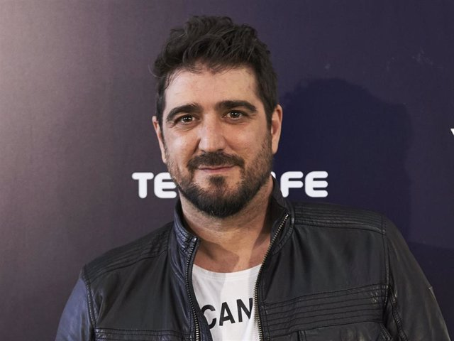 """Spanish singer Antonio Orozco attends the """"Cadena Dial"""" 2015 awards press room at the Recinto Ferial on March 3, 2016 in Tenerife, Spain."""