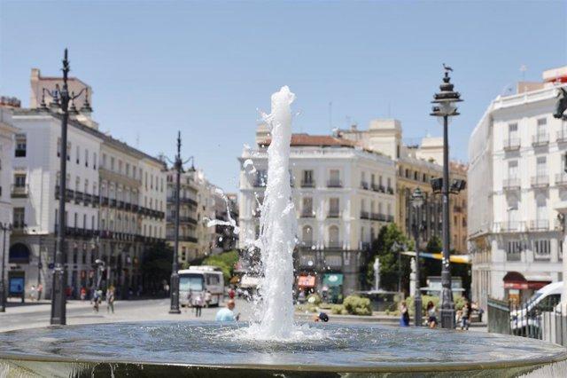 Una de las fuentes gemelas en la Puerta del Sol, en Madrid