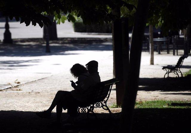 Una pareja sentada en un banco
