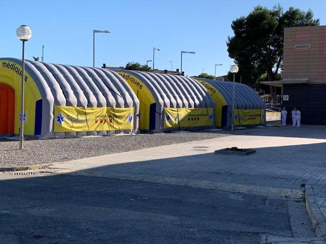Área sanitaria móvil instalada junto al Hospital Universitario Arnau de Vilanova de Lleida.
