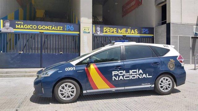 Coche de la Policía Nacional cerca del estadio del Cádiz