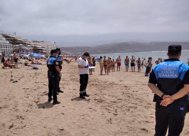 Un hombre de 83 años fallece en la playa de Las Canteras al sufrir un infarto