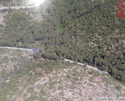 Bomberos controlan un incendio en la Granadella de Xàbia (Alicante)