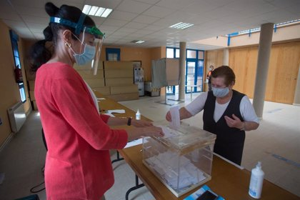 Cae 8,36 puntos la participación en Euskadi y se mantiene en Galicia
