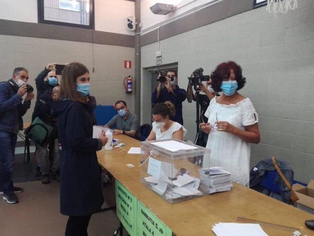 La candidata de Elkarrekin Podemos-IU, Miren Gorrotxategi, vota en Durango (Bizkaia)